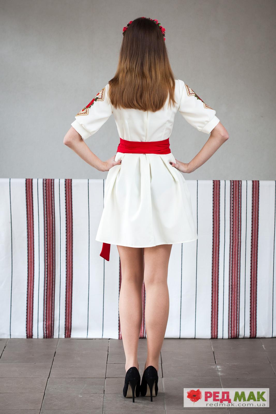 Плаття молочного кольору з червоним поясом та квітково-геометричною вишивкою e30fe07f875c7
