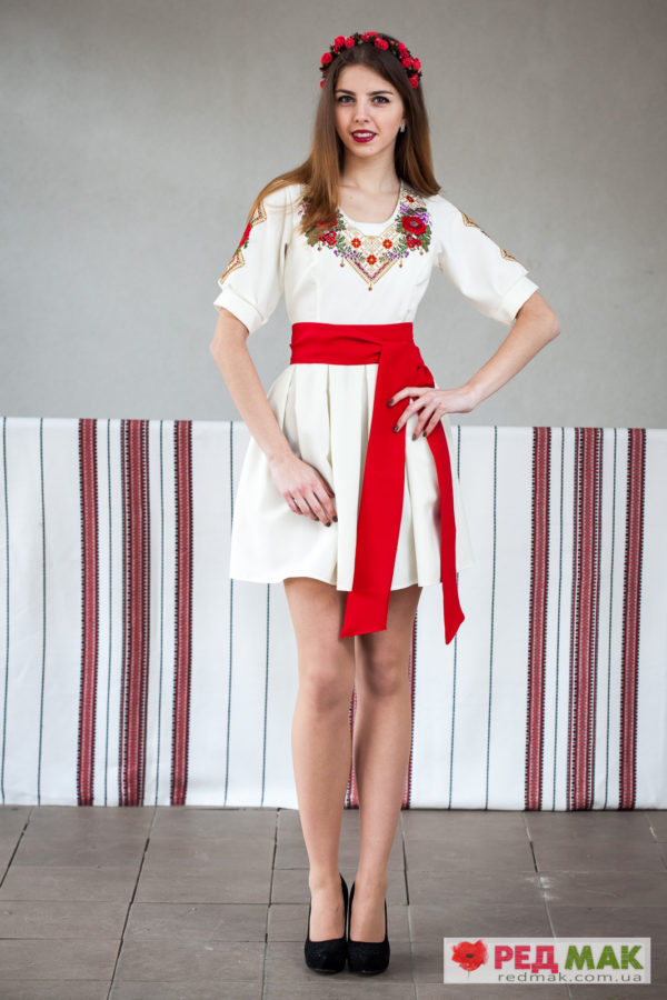 Плаття молочного кольору з червоним поясом та квітково-геометричною вишивкою