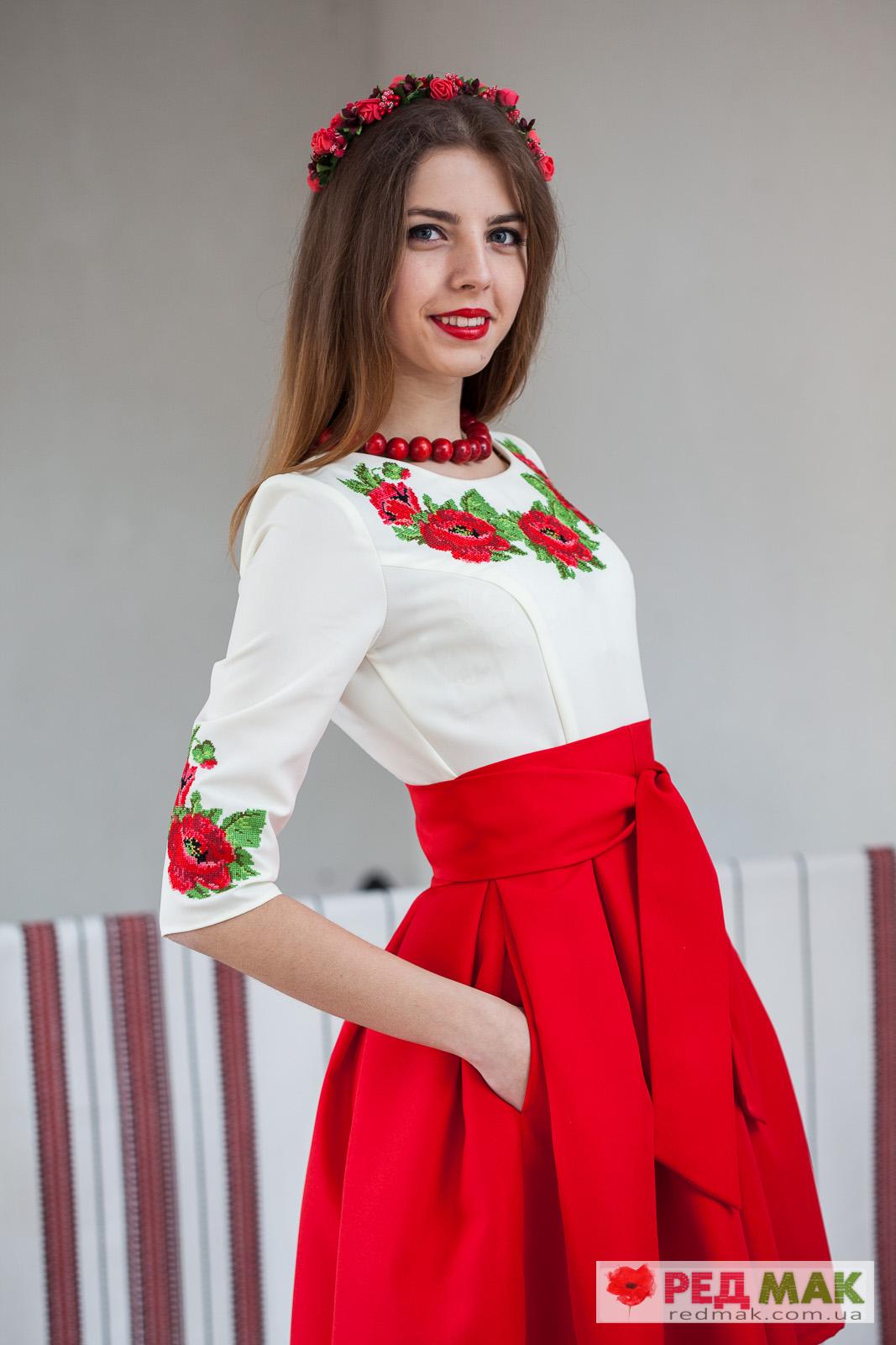 2959d04cb82271 Червоне плаття з кишенями · поясом і вишитими червоними трояндами