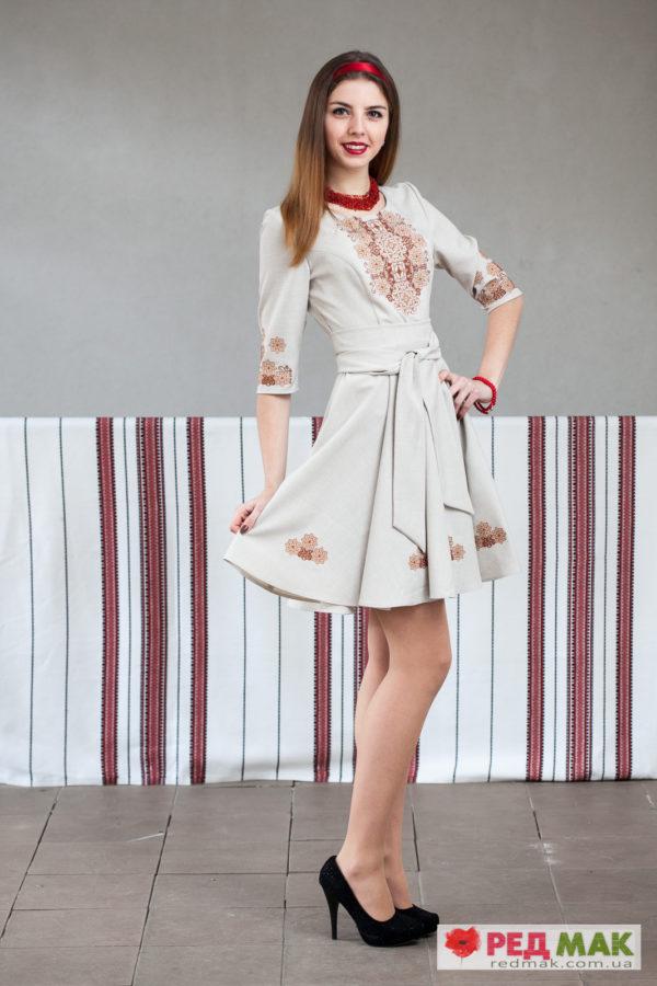 Вишите сіре плаття з поясом та геометричним орнаментом