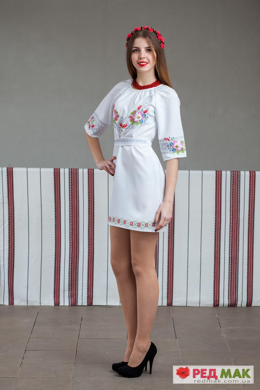Біле плаття з поясом та квітковою-геометричною вишивкою