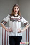 Біла сорочка з барвистим геометричним візерунком