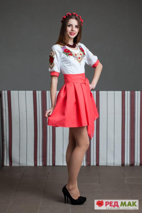 Вишите плаття коралового кольору з квітами та геометричною вишивкою