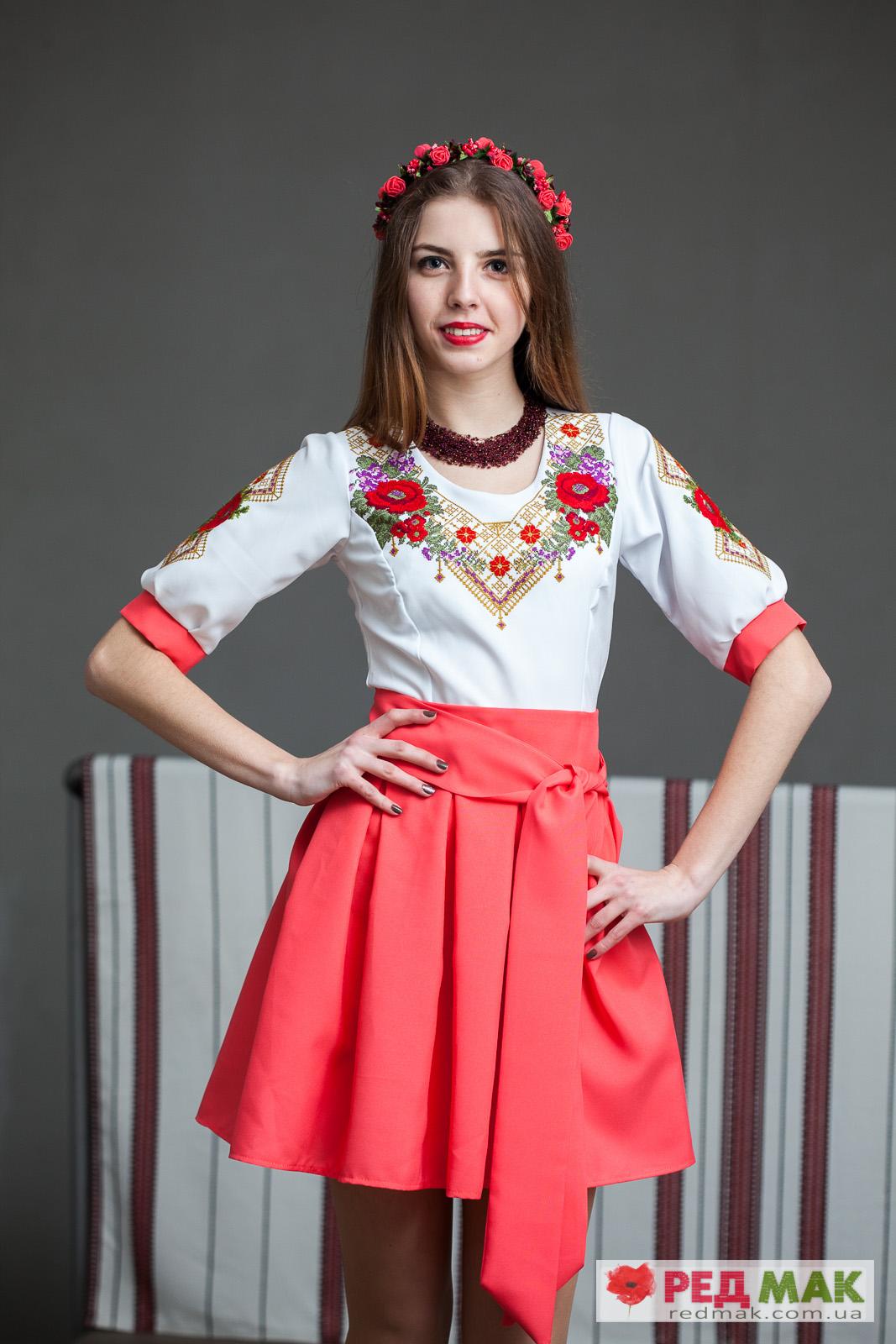 Вишите плаття коралового кольору з квітами та геометричною вишивкою 5e245a61130be